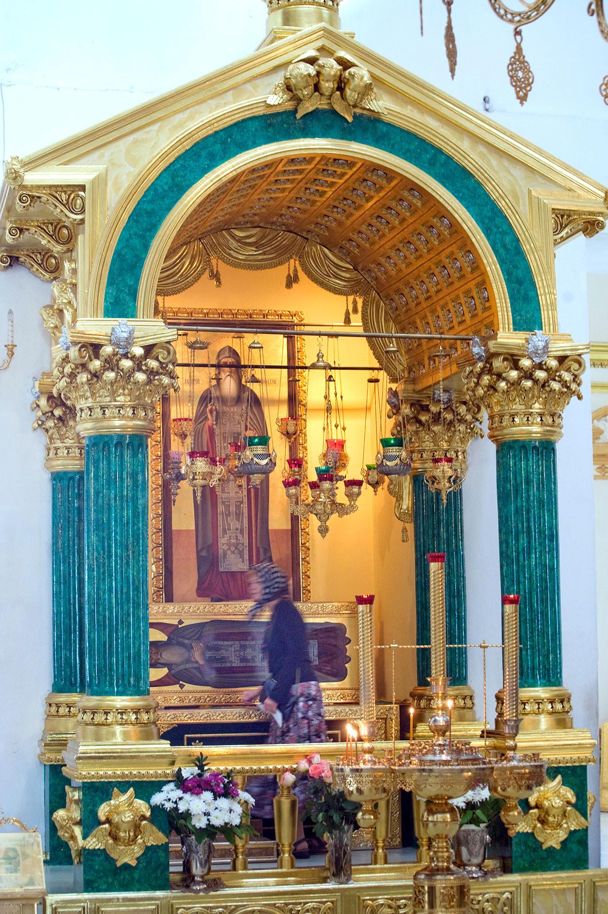 Богоявленска катедрала. Покров с ковчег, който съдържа мощите на св. Нил. 24 август 2016 г.