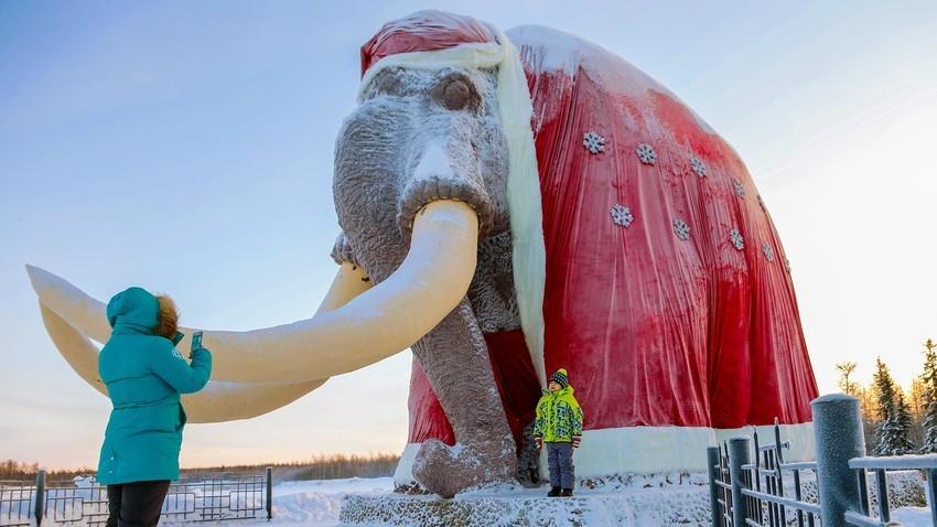 Monumento a mamute intitulado Mitia (apelido carinhoso para Dmítri)
