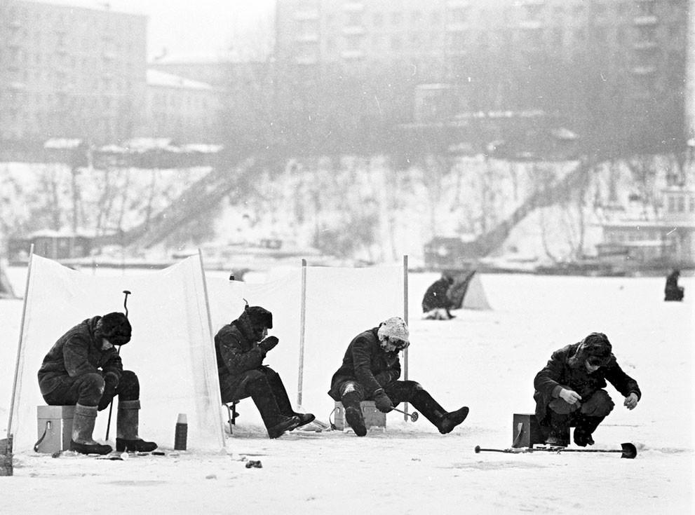 Sejumlah pemancing memancing di Sungai Moskow yang membeku.
