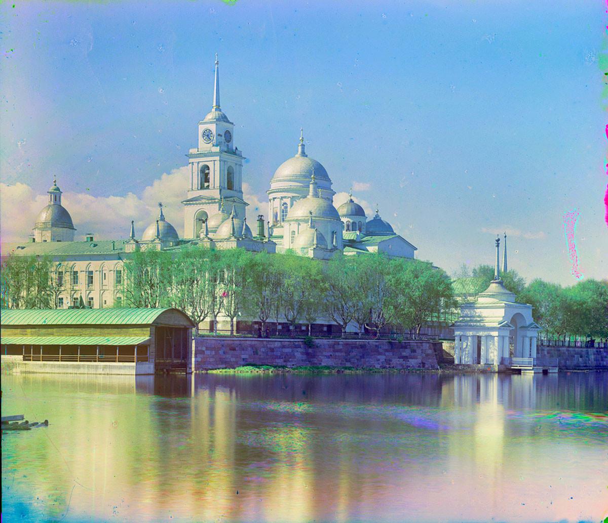 Monastère Saint-Nil Stolobenski. Vue sud-est depuis le cap est de l'île Stolobny