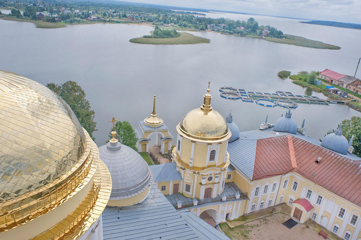 Vue sud-est depuis le clocher de la cathédrale de l'Épiphanie. Au centre : église Saint-Nil au-dessus de la porte est et débarcadère de l'archevêque. Arrière-plan : lac Seliger, village de Liapino (ancien Peski)