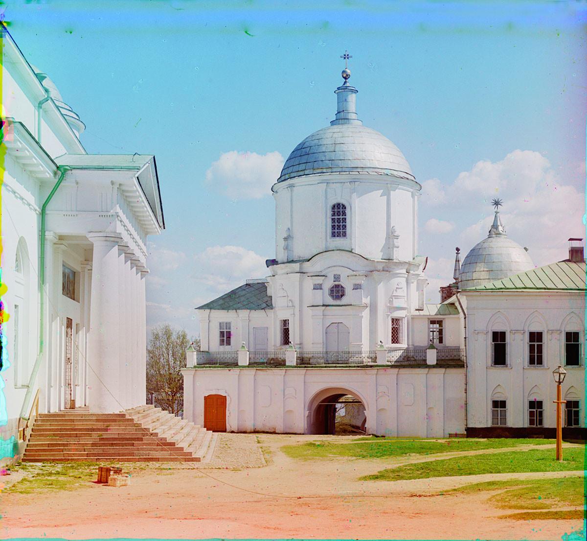 Église Saint-Nil au-dessus de la porte est. Vue vers l'ouest. À gauche : portique sud de la cathédrale de l'Épiphanie