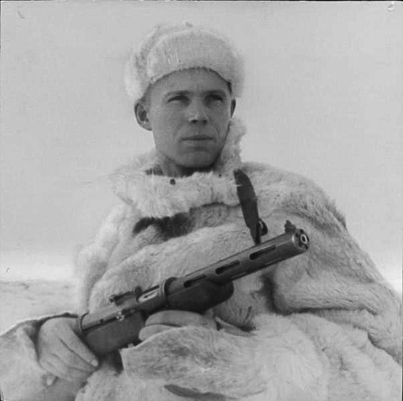 Un ufficiale dell'intelligence militare sovietica che indossa una shuba, 1943