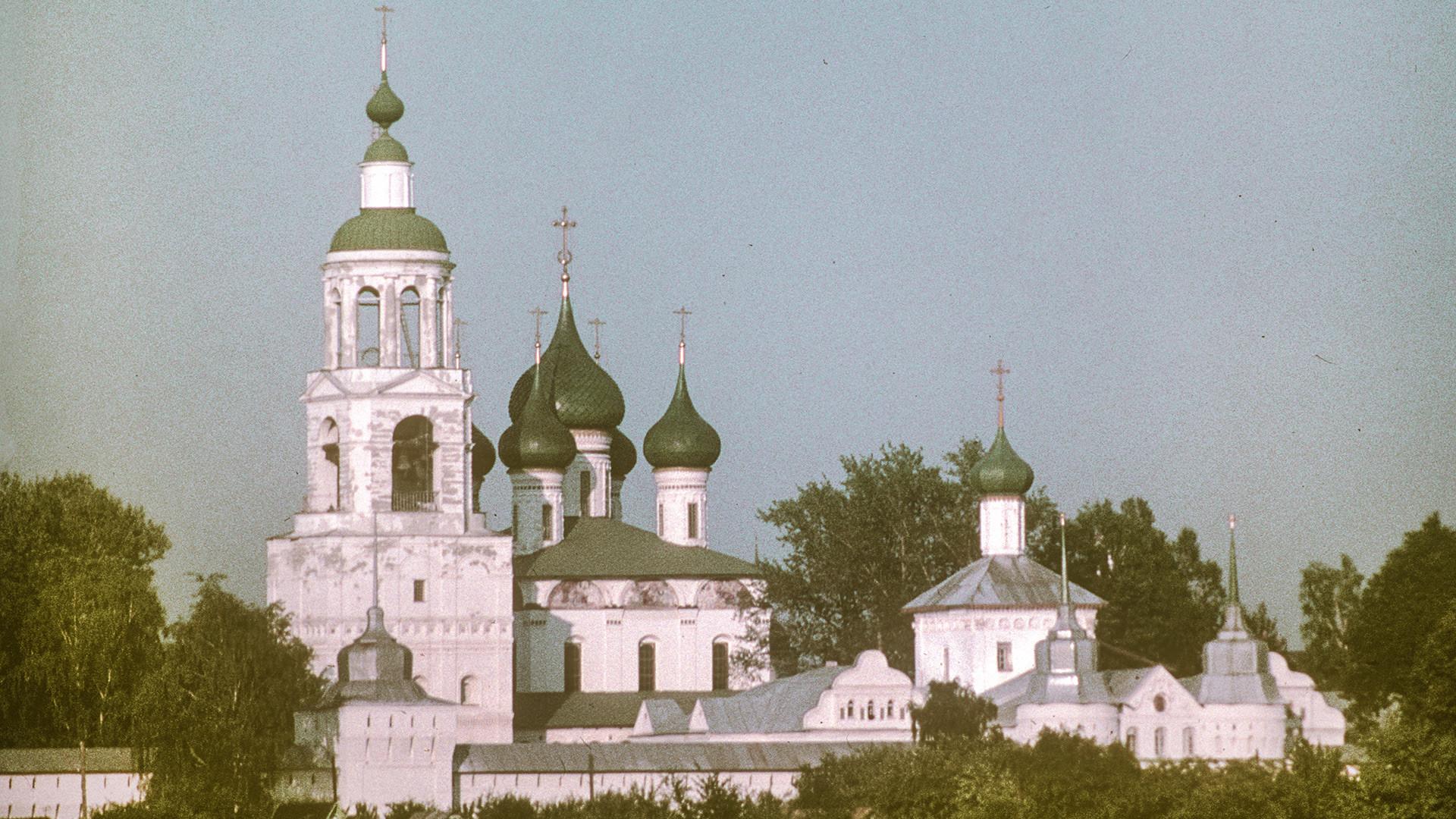 Monasterio de la Presentación de Tolga, vista noroeste desde el río Volga. Desde la izquierda: Campanario y torre de la esquina noroeste; Catedral de la Presentación; Iglesia de San Nicolás sobre la Puerta Santa; Puerta Oeste. 26 de julio de 1997