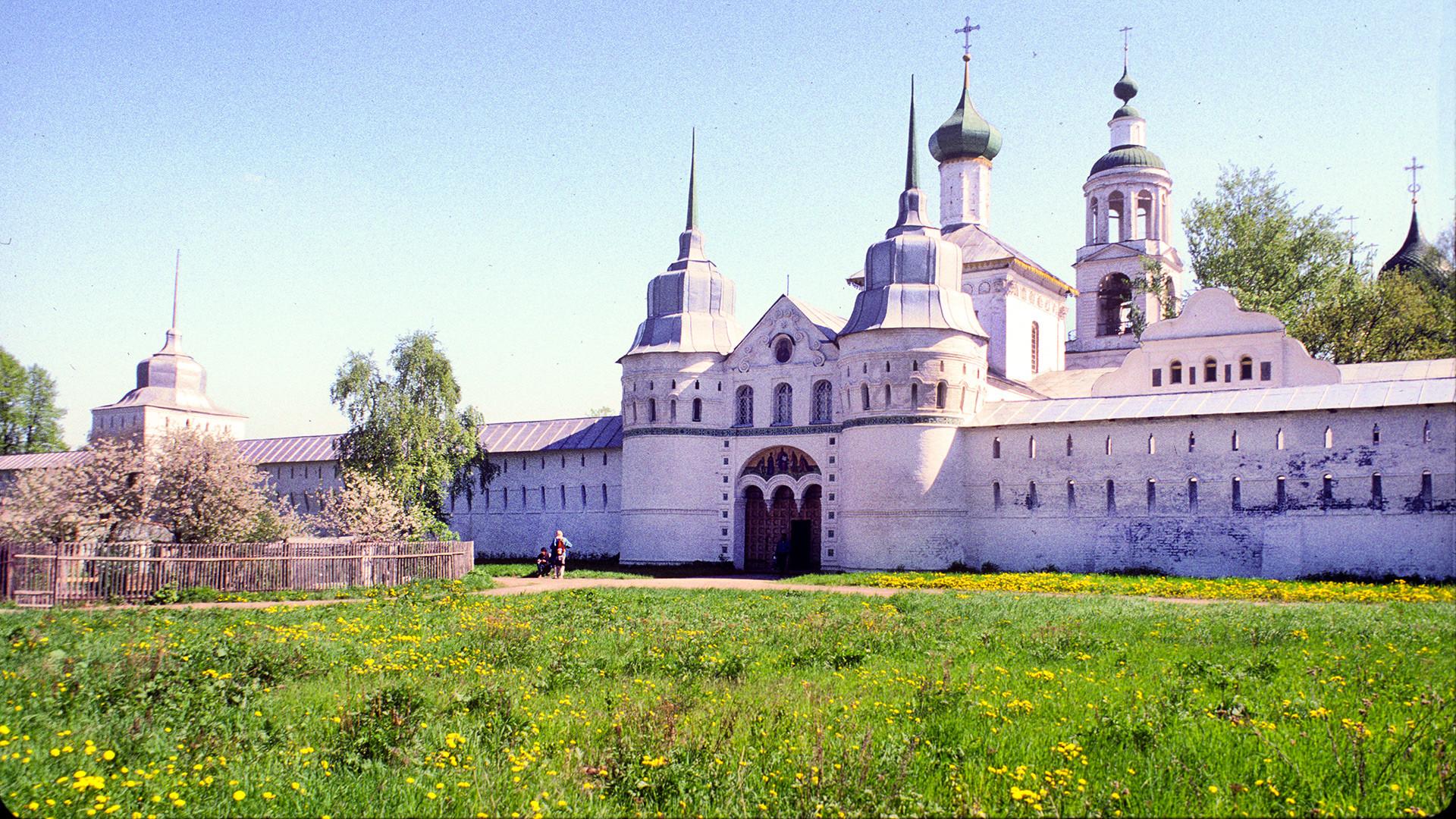 Monasterio de Tolga. Muro oeste con la Puerta Santa y la Iglesia de San Nicolás. Vista suroeste. 22 de mayo de 1996