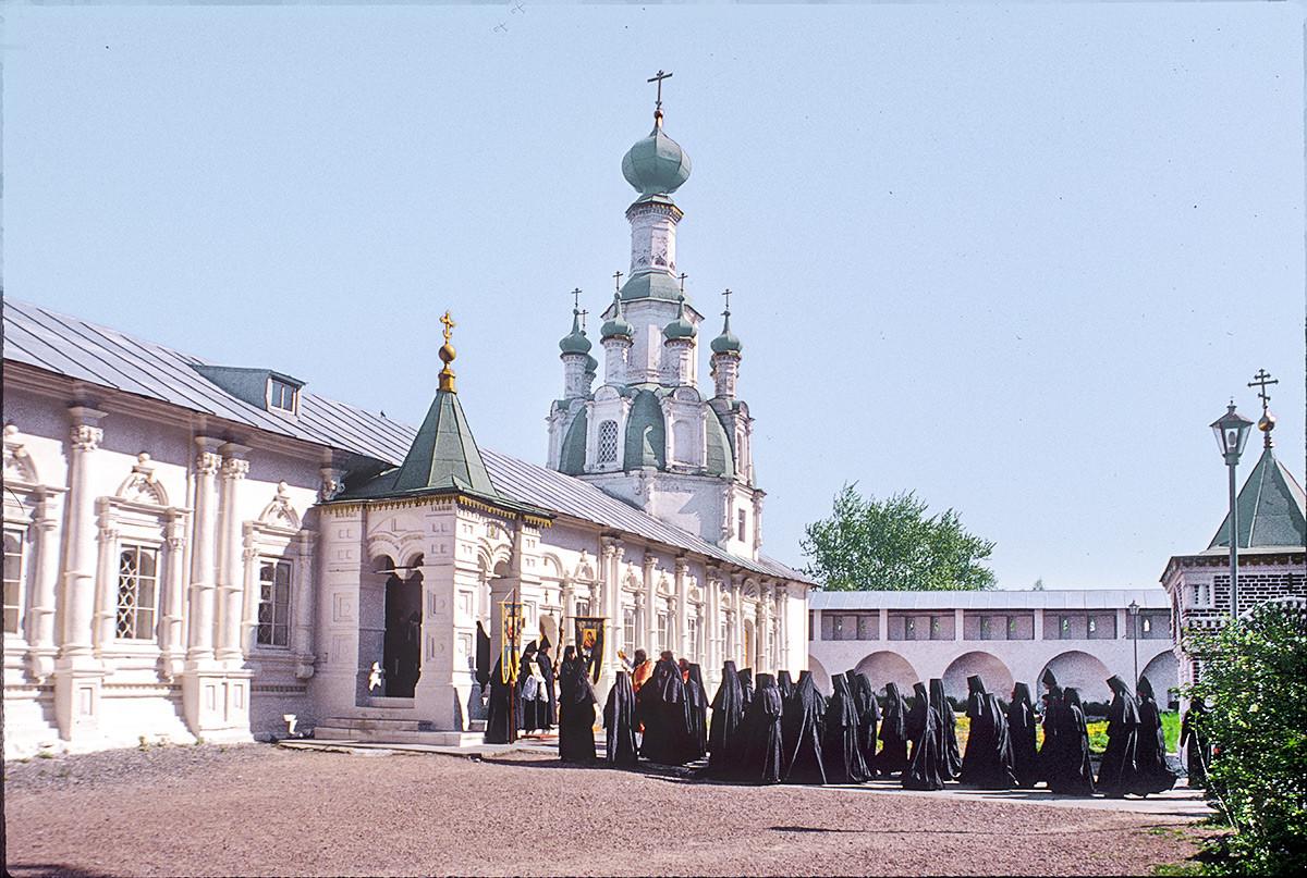 Iglesia del Icono Milagroso del Salvador. Vista suroeste con una procesión de monjas. 22 de mayo de 1996