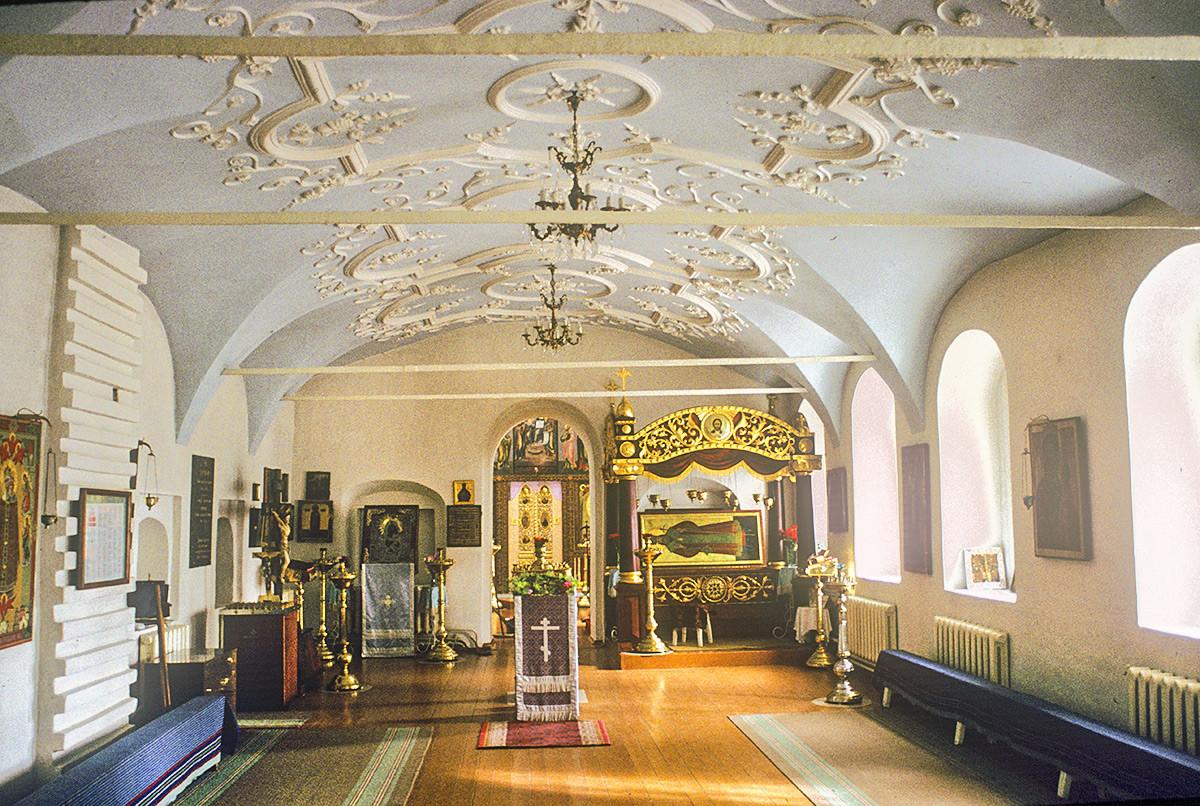 Iglesia del Icono Milagroso del Salvador. Interior, vestíbulo con el sarcófago que contiene las reliquias de San Dimitri de Rostov. 3 de octubre de 1992