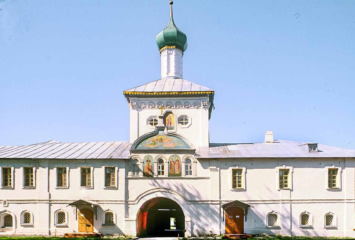 Claustros e iglesia de San Nicolás sobre la Puerta Santa. Vista este. 26 de julio de 1997