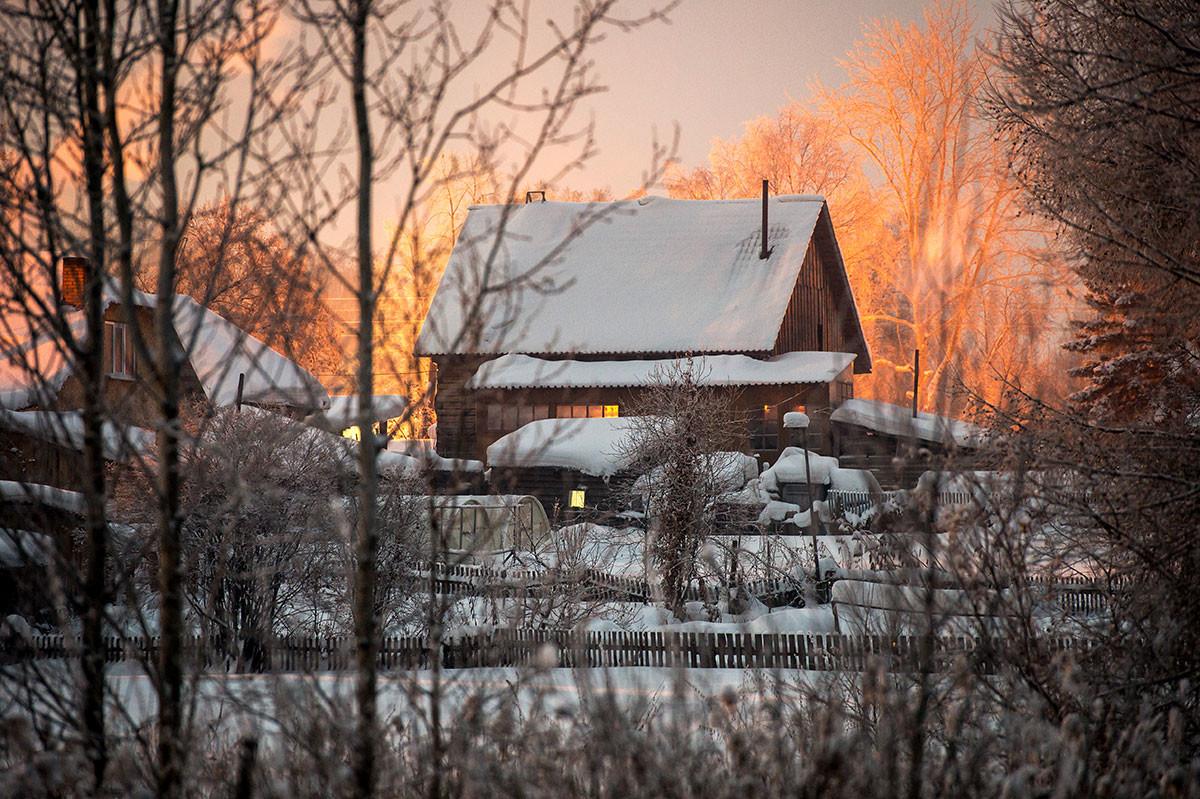 Winterlicher Sonnenuntergang in Sibirien.