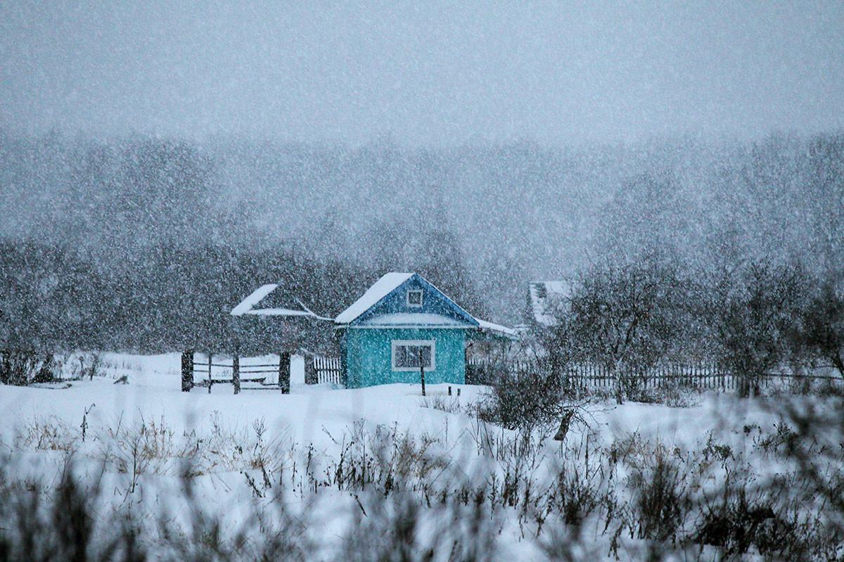 Schneefall im Dorf Borki in der Region Nowgorod.