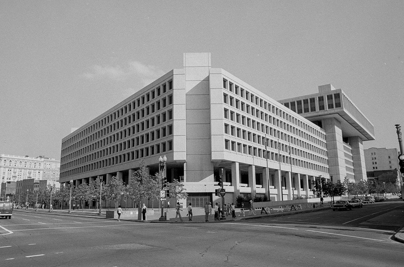 連邦捜査局の本部、ワシントンにて