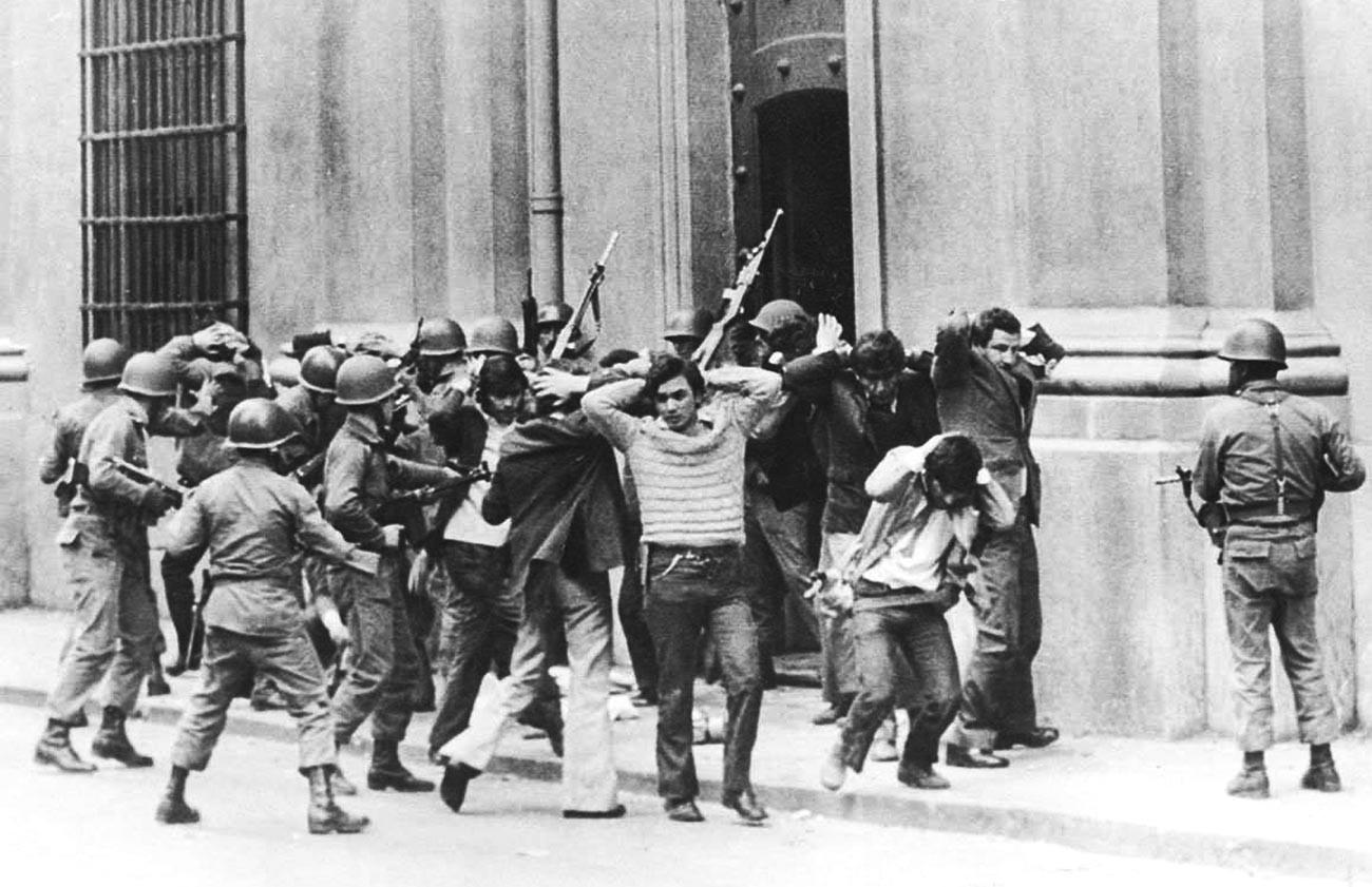 Assessores do presidente socialista Salvador Allende sendo presos por soldados em frente ao Palácio de La Moneda, durante o golpe de Estado em Santiago, em 11 de setembro de 1973