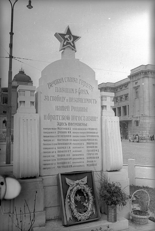 Споменик војницима Црвене Армије на Тргу Републике, који је касније уклоњен