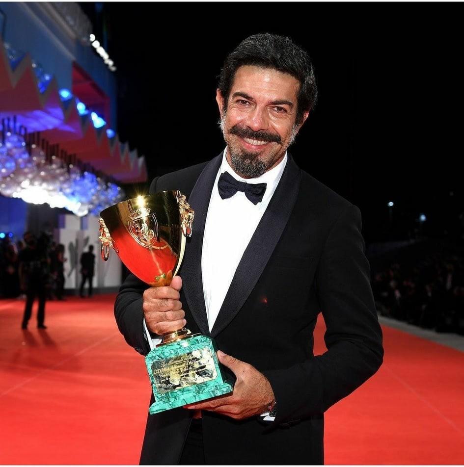 L'attore Pierfrancesco Favino con la Coppa Volpi per la migliore interpretazione maschile alla 77° Mostra internazionale d'arte cinematografica di Venezia