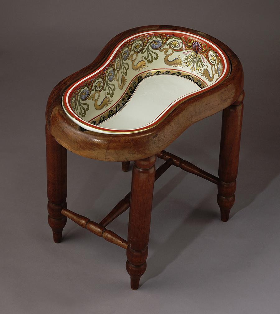 A bidet that belonged to Elisabeth of Bavaria (Carl Knoll Porcelain Factory, Carlsbad), 1887-1890.