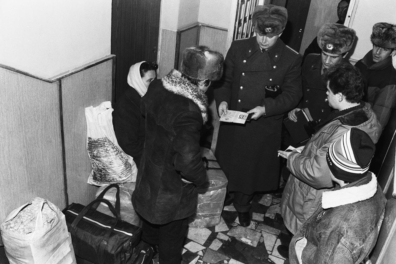 Die Polizisten kontrollieren die Propiskas bei den Bürgern.