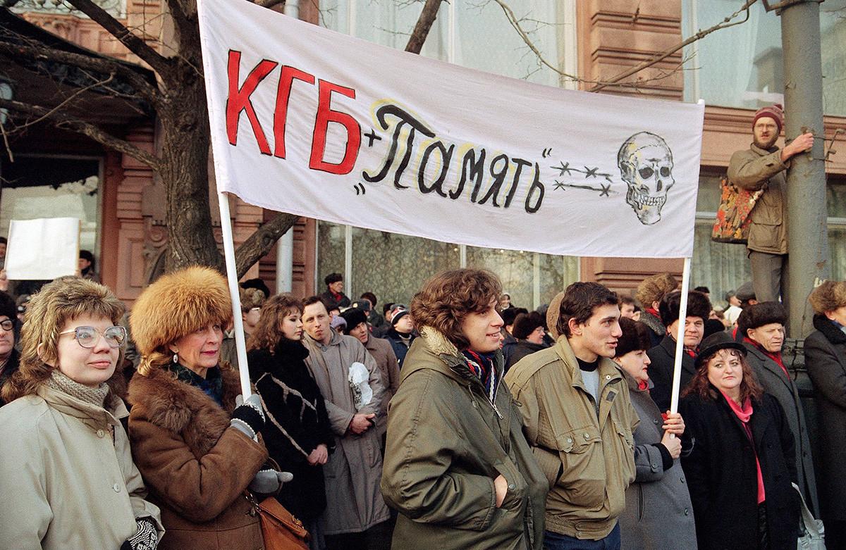 """Учесници великог протеста у Москви 4. фебруара 1990. носе плакат на коме пише да КГБ и руска националистичка организација """"Память"""" (Памћење) заједно доносе смрт."""