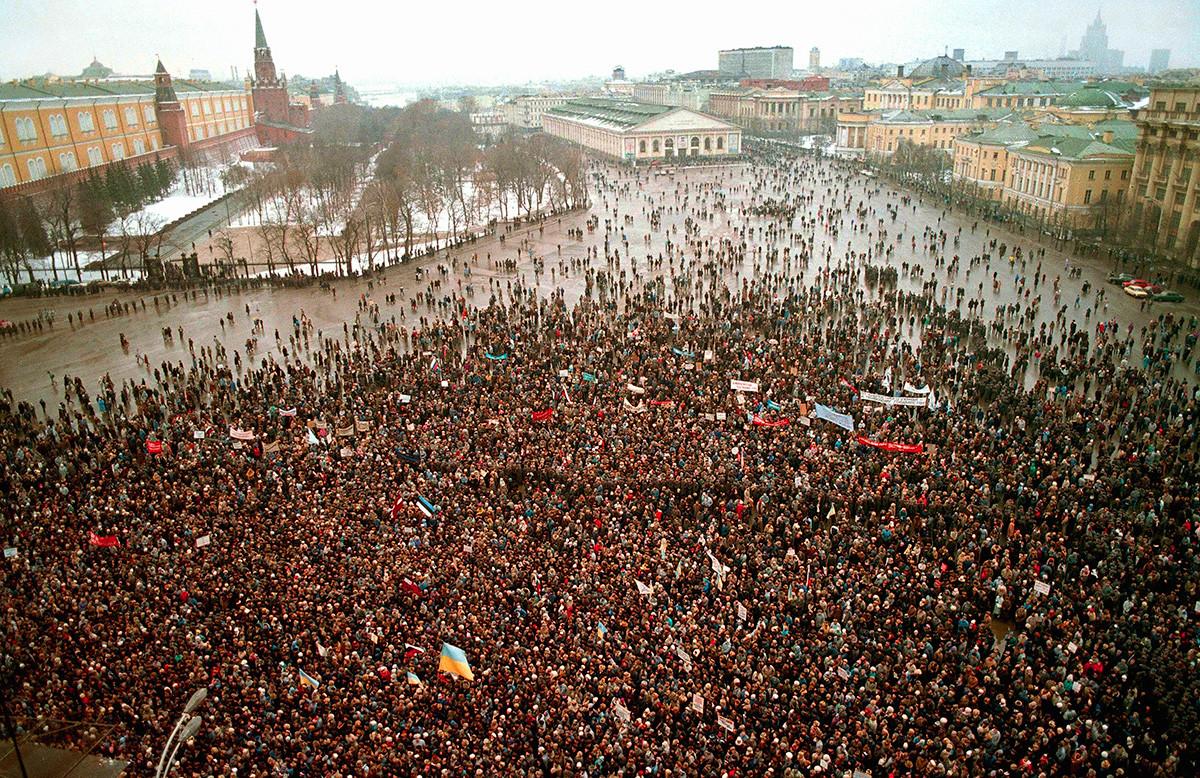 Хиљаде совјетских грађана окупиле су се на тргу испред Кремља. Москва 4. фебруар 1990.