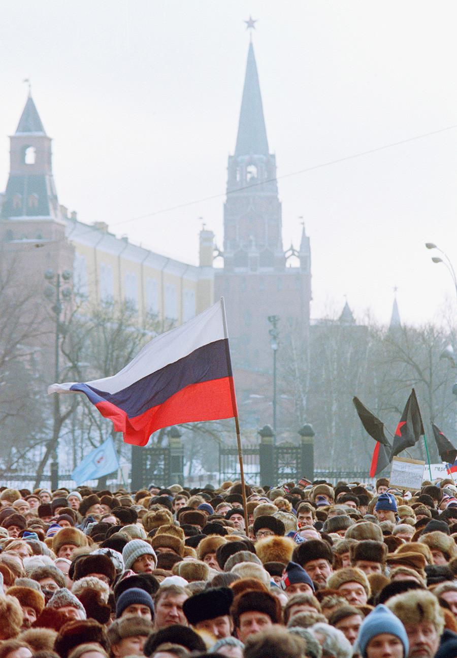 Тробојка из царског периода вијори се испред зидина Кремља, где су се стотине хиљада људи окупиле на протест против монопола Комунистичке партије на власт у земљи. Москва, недеља 4. фебруар 1990.