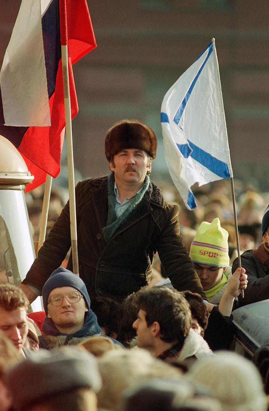 Учесник масовних демонстрација за демократију покушава да чује шта кажу говорници. Москва, 4. фебруар 1990.