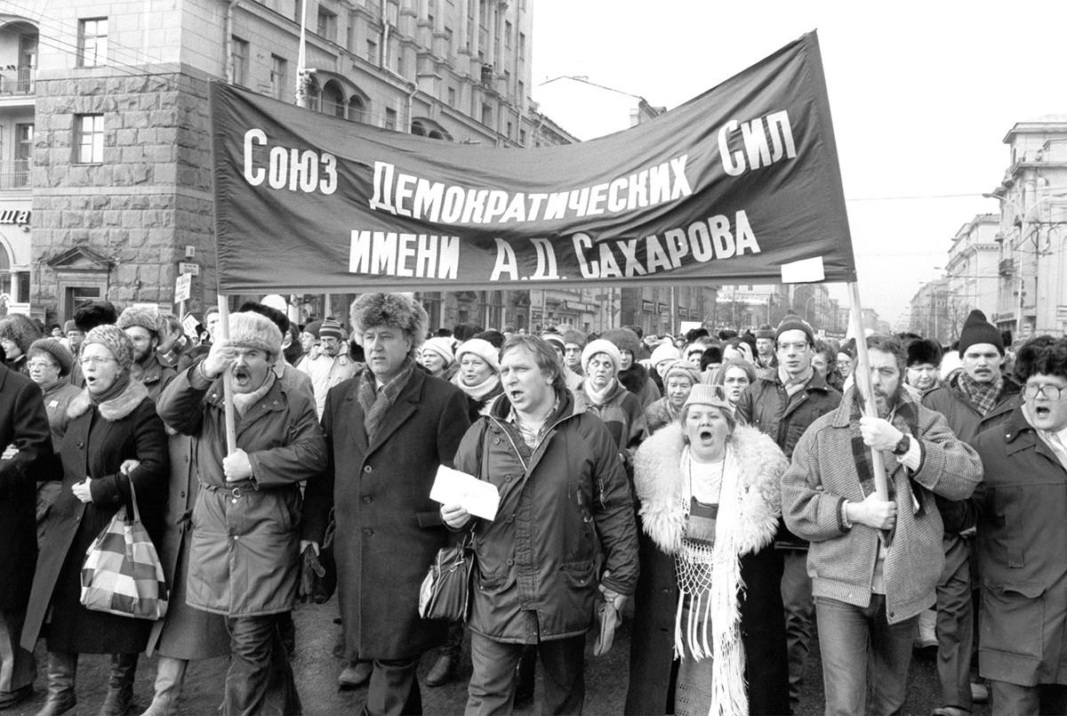 На митингу је учествовало око 200.000 људи. Организатор је био блок демократских снага.