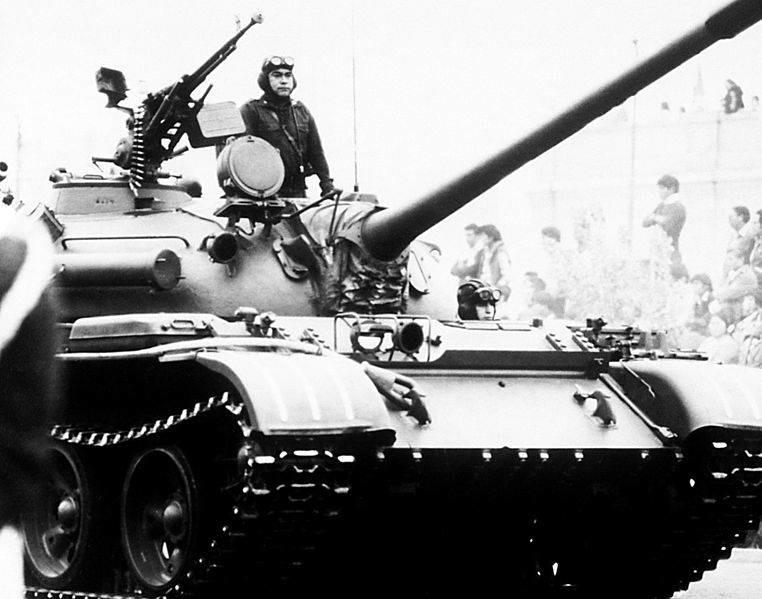 Vista frontal derecha de un tanque medio T-55 de fabricación soviética en Perú.