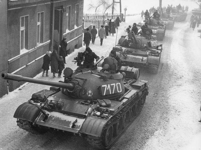 Columna de T-55 entran en la ciudad de Zbąszynek, el 13 de diciembre de 1981.