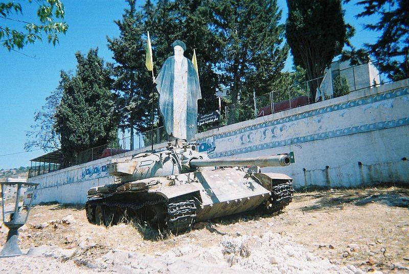 Un carro de combate Tiran-5 (versión usada por los israelíes) abandonado en el sur del Líbano, que exhibe una lámina de madera con la imagen del difunto ayatolá Jomeni.