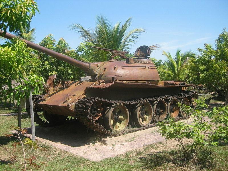 Tanque T-54 o de la guerra civil camboyana en el museo de guerra de Siem Reap, Camboya.