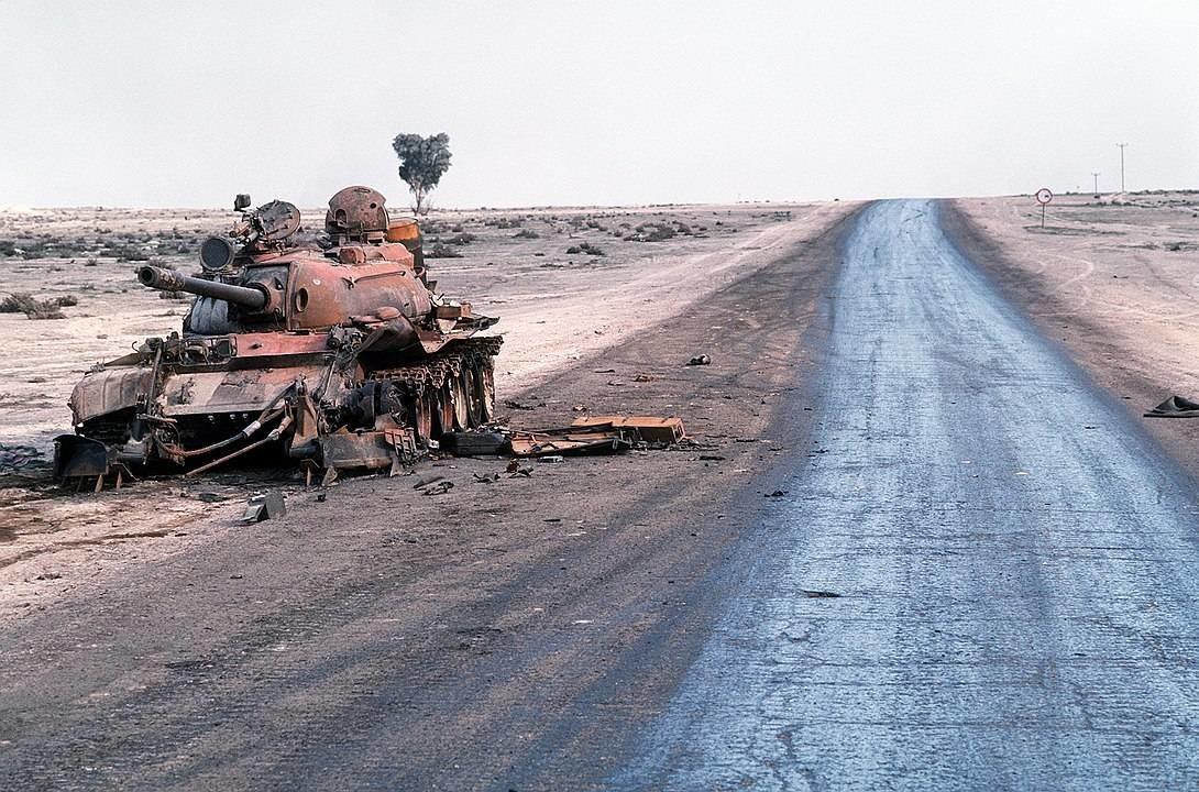 Un carro de combate iraquí T-55A destruido yace abandonado junto a una carretera al borde de un campo petrolífero tras la Operación Tormenta del Desierto.