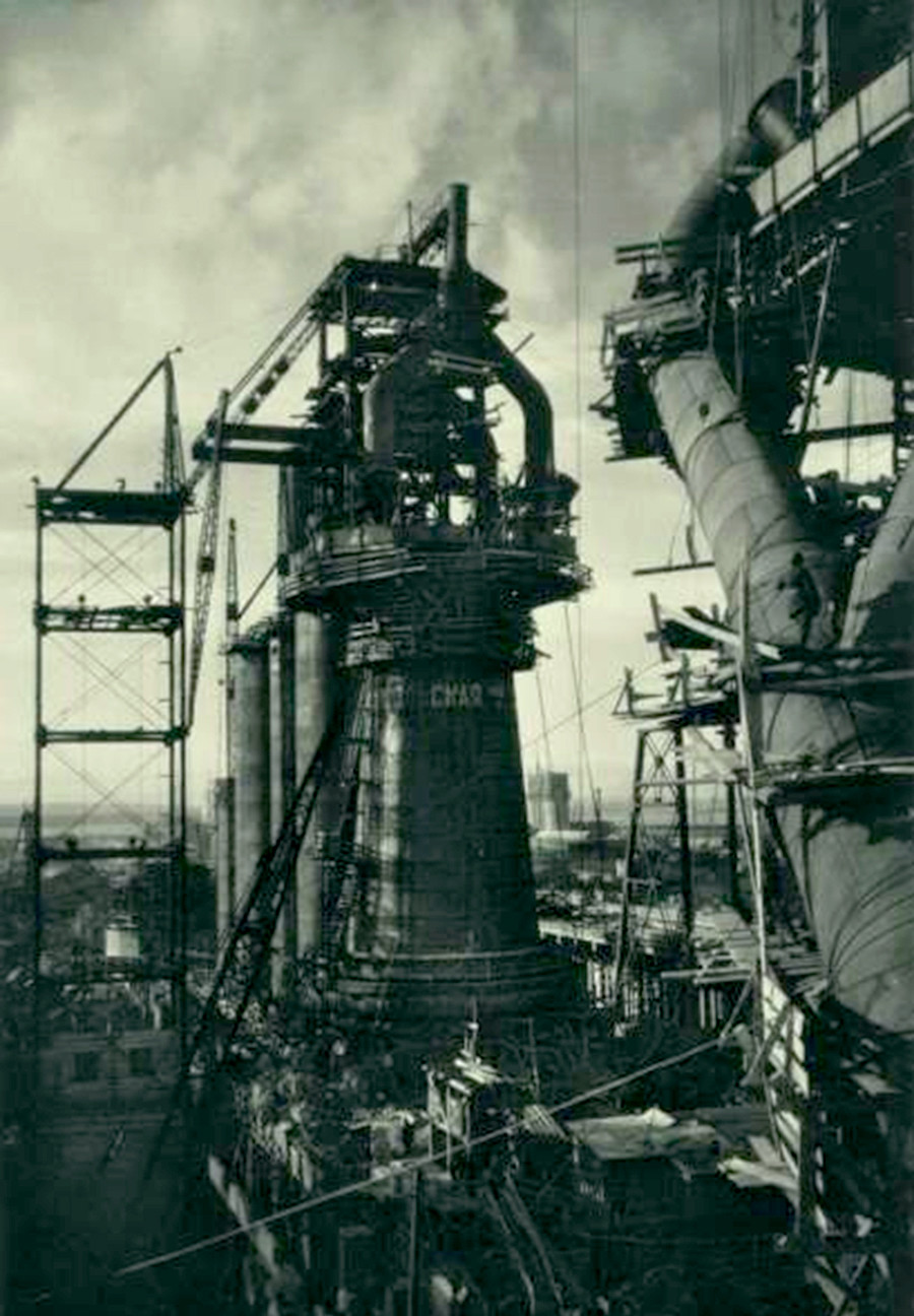 Pembangunan tanur tiup di pabrik besi dan baja Magnitogorsk di Pegunungan Ural