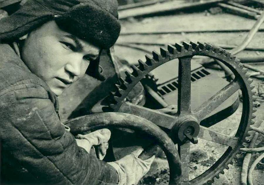 Seorang udarnik atau tenaga kerja kejut (tenaga kerja yang sangat produktif di Uni Soviet)