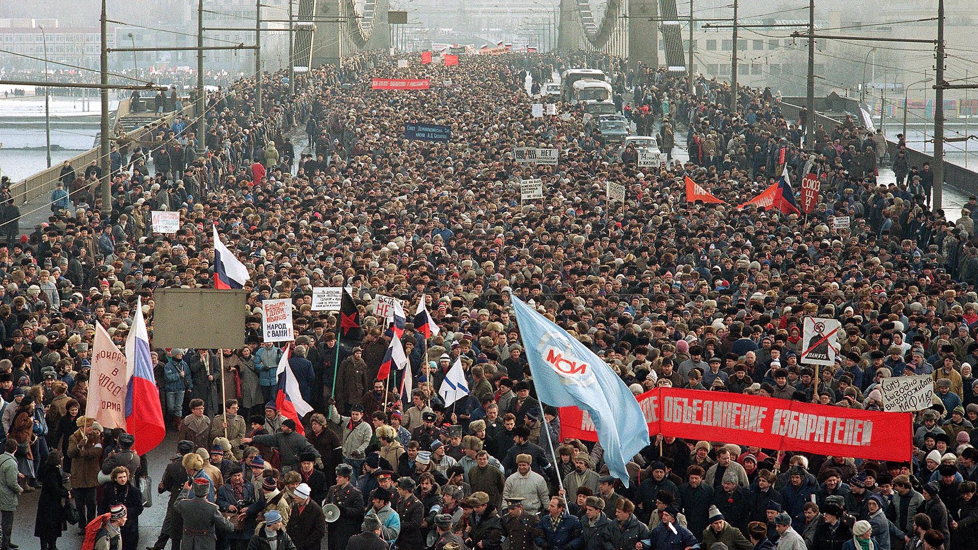 Stotine tisuća ljudi prošlo je preko rijeke Moskve u nedelju 4. veljače 1990. godine sa zahtjevom da Komunistička partija odustane od monopola na vlast. Ovo je vjerojatno bio najveći prosvjed u Moskvi još od boljševičke revolucije.
