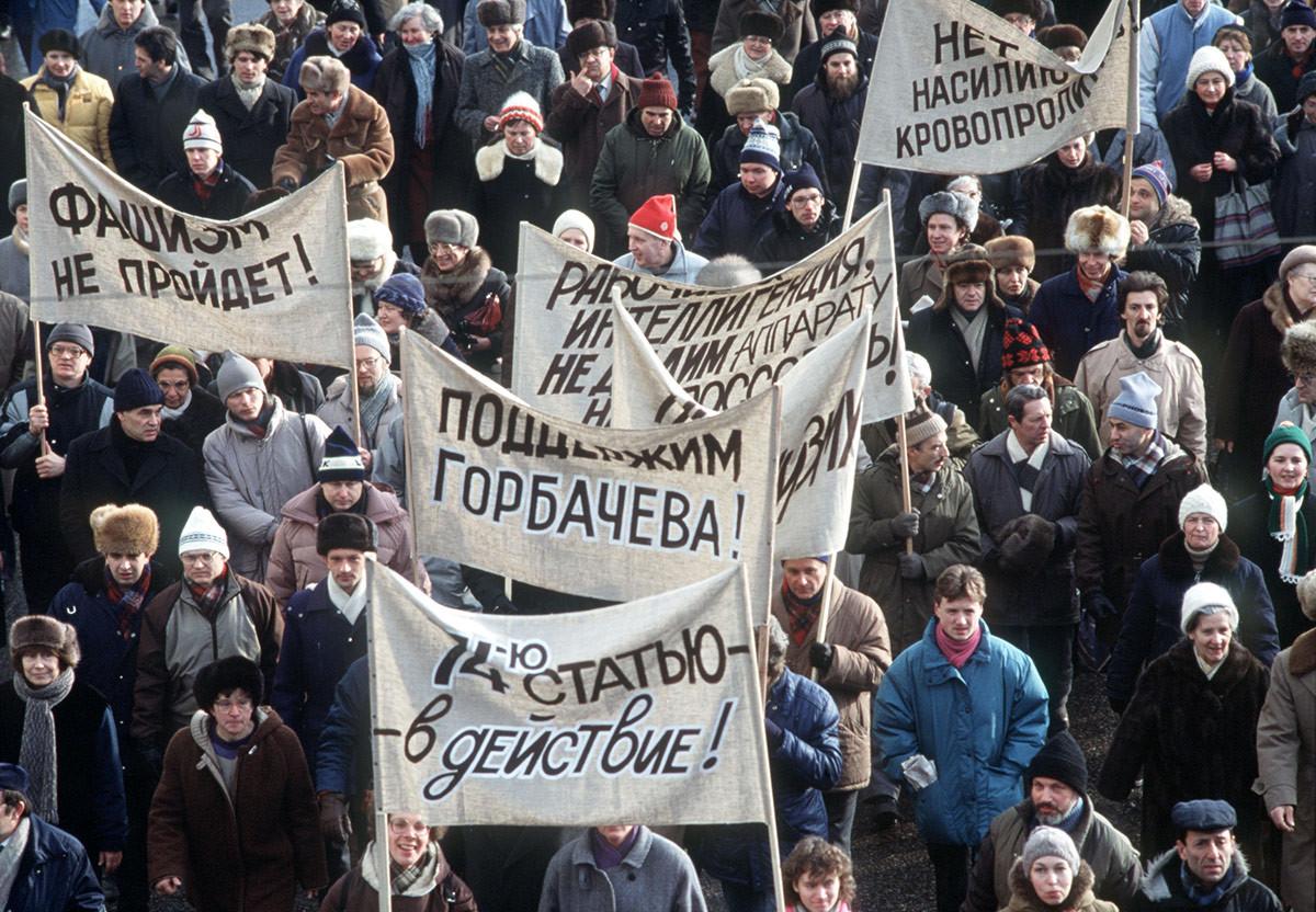 Službeno odobrenu šetnju i skup organizirao je blok demokratskih snaga u Moskvi 4. veljače 1990. godine.