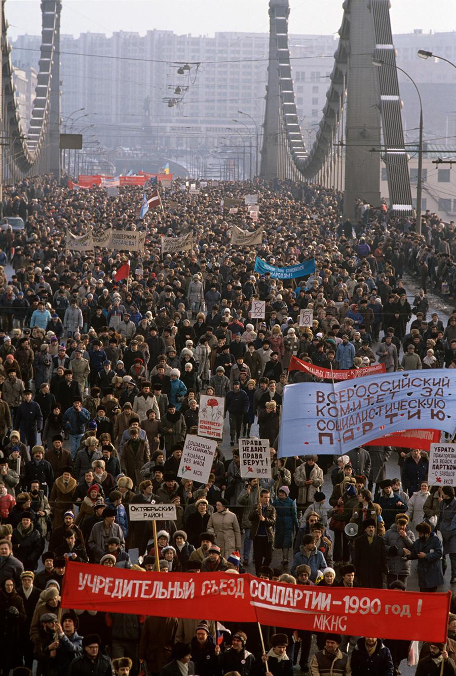 Snage demokratskog bloka su 4. veljače 1990. organizirale šetnju i skup u Moskvi.