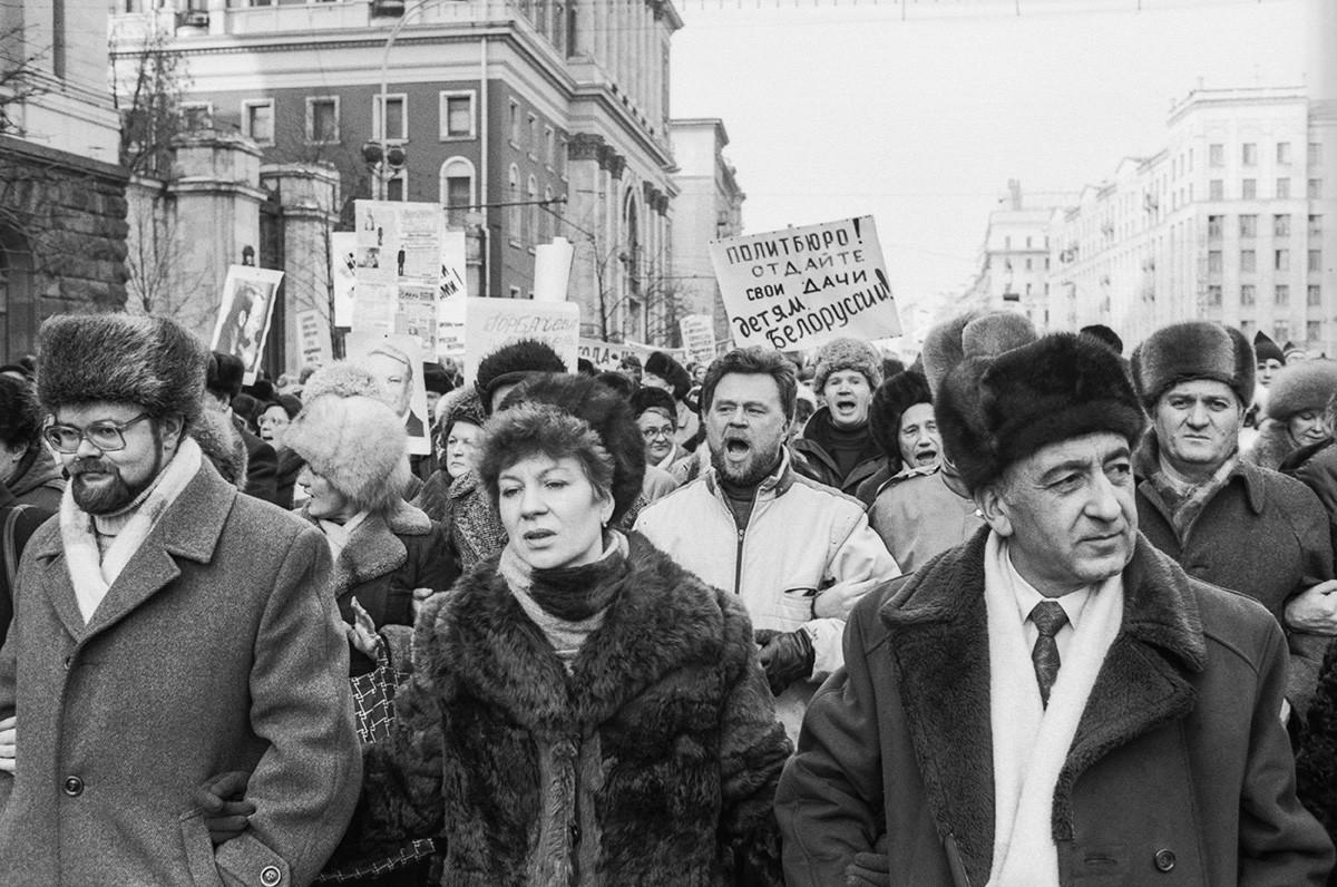 Tisuće sovjetskih građana okupile su se blizu Kremlja. Moskva, nedelja 4. veljače 1990.