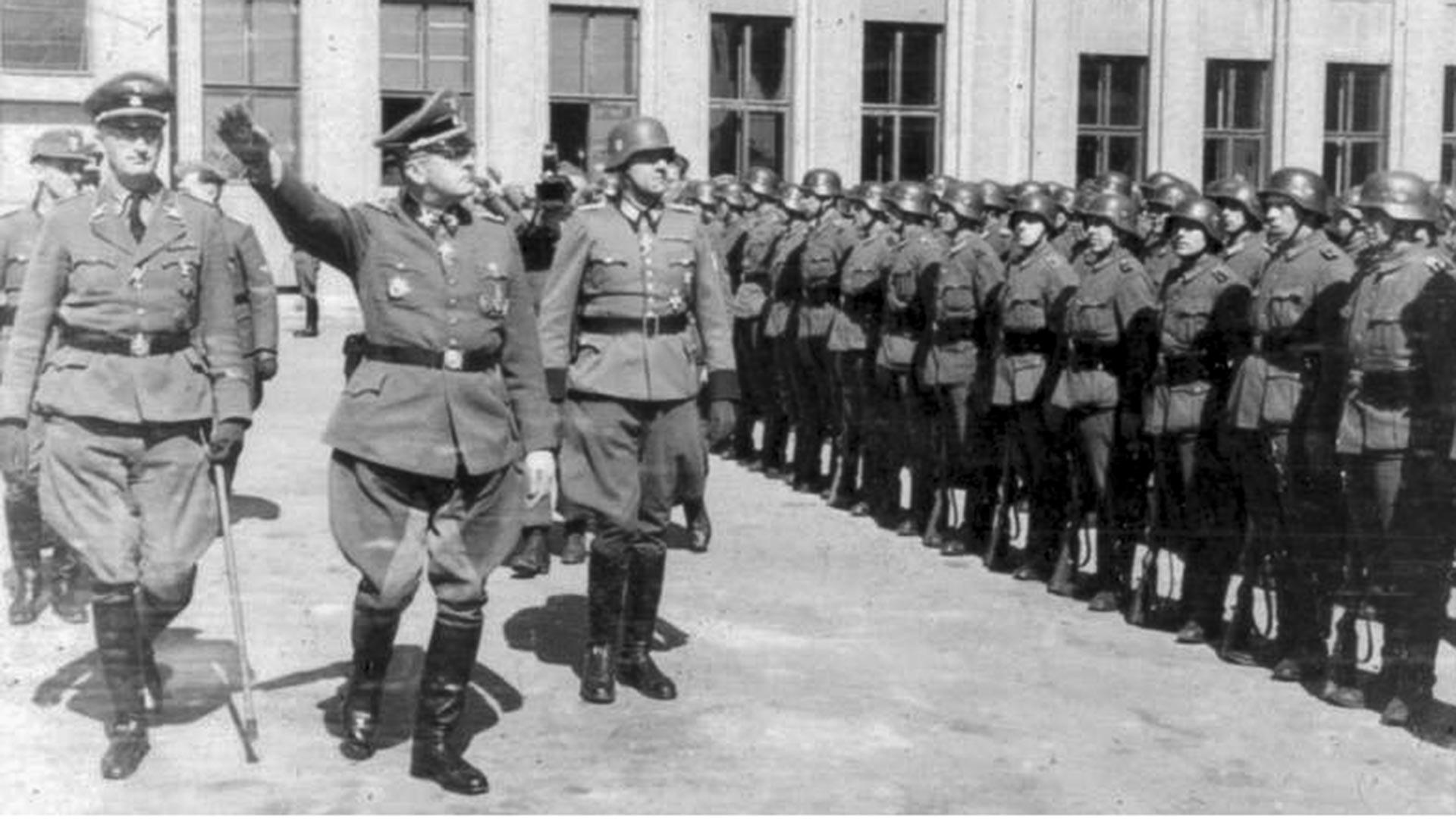СССР, Минск. Парада на Орднунгполицај (униформирани германски цивилни полиции) на Плоштадот Ленин (претходно Плоштад на независноста).