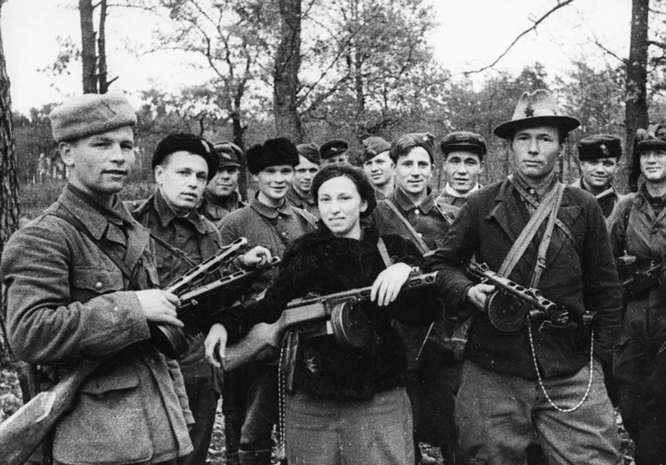 Група белоруски партизани-комсомолци.