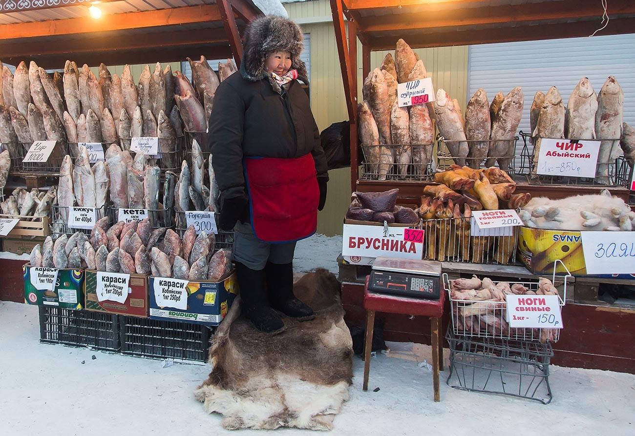 ヤクーツク市場の鮮魚販売員、その日の温度はマイナス43度