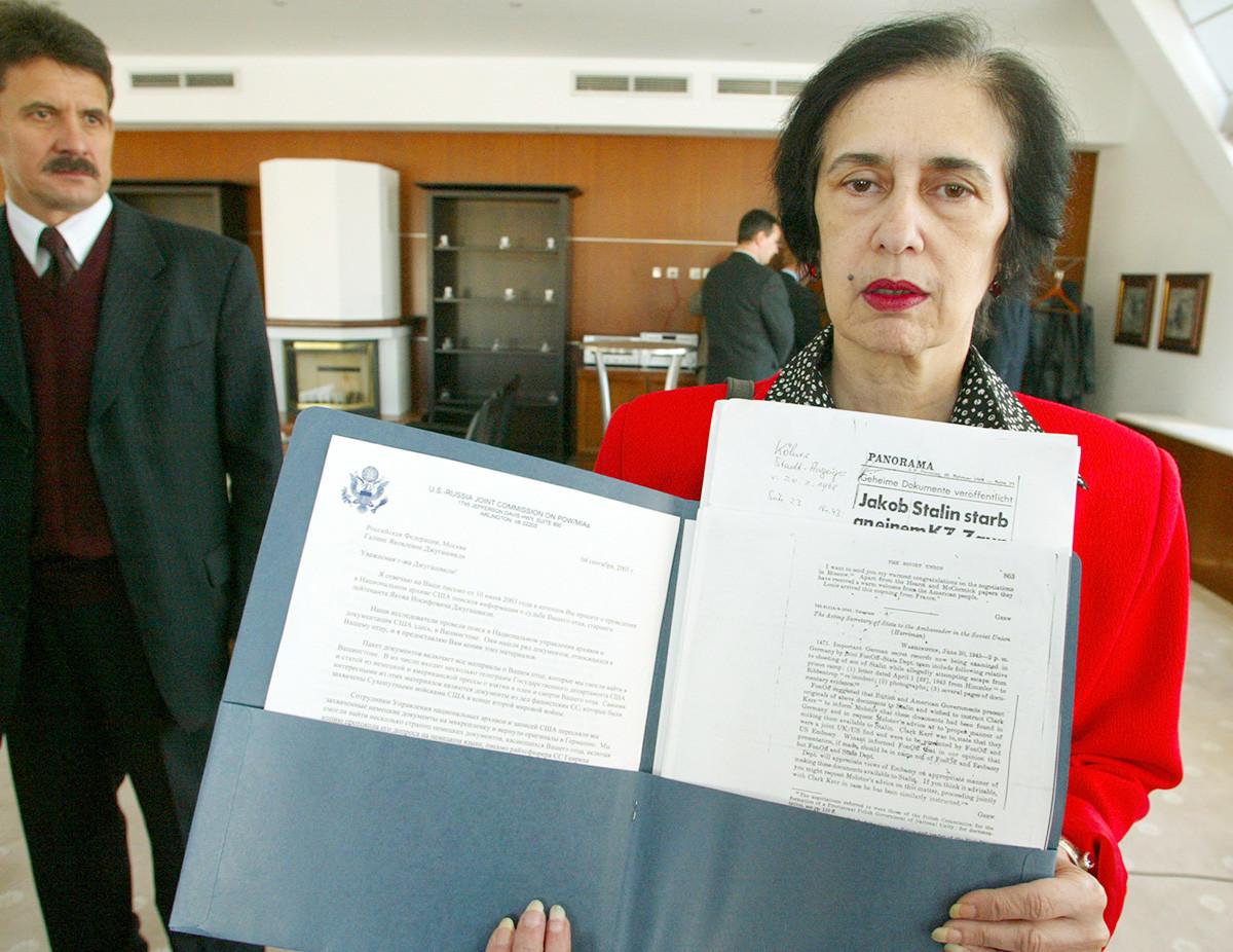 Galina Djougachvili présentant des documents portant sur la mort de son père durant la guerre