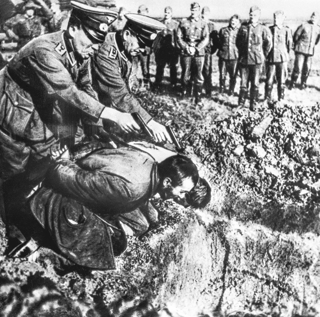 Немски войници позират по време на разстрел