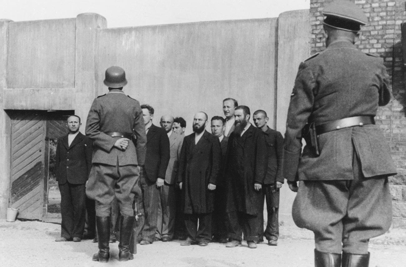 Германски войници и евреи от окупираната територия преди масова екзекуция по време на ВСВ