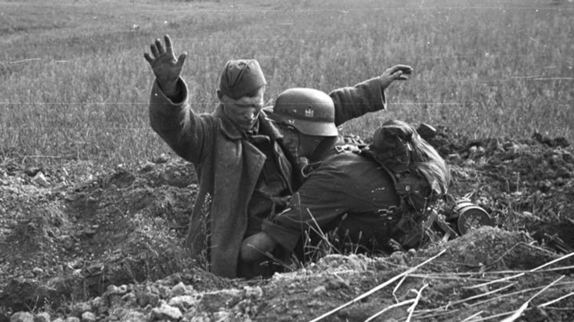 Залавяне на руски войник с вдигнати ръце в дупка