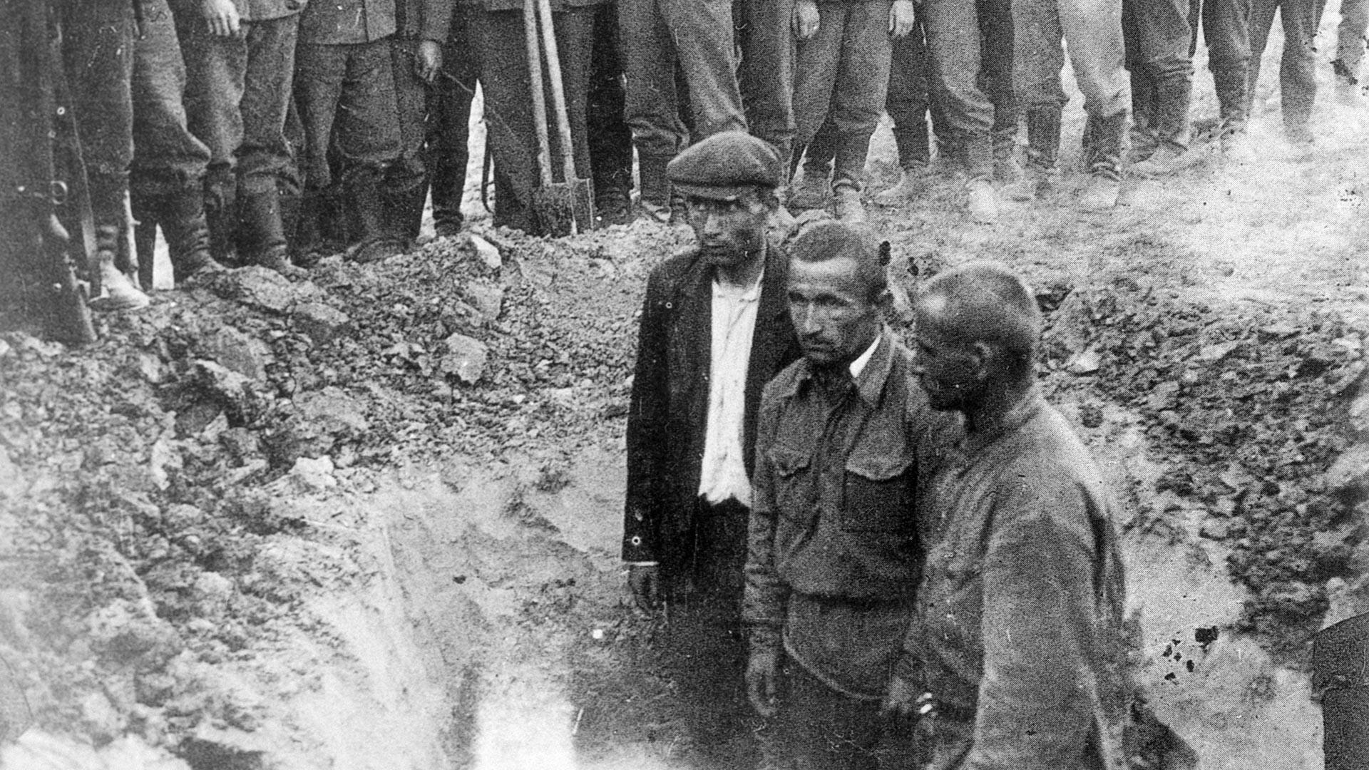 Съветски военнопленници, които сами копаят гроба си, преди да бъдат разстреляни през 1941 г.