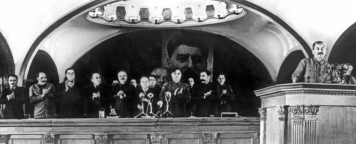 Подготовка к празднованию 7 ноября 1941 года. Выступление И. Сталина с докладом , посвященным 24-ой годовщине ВОСР на торжественном заседании Моссовета.