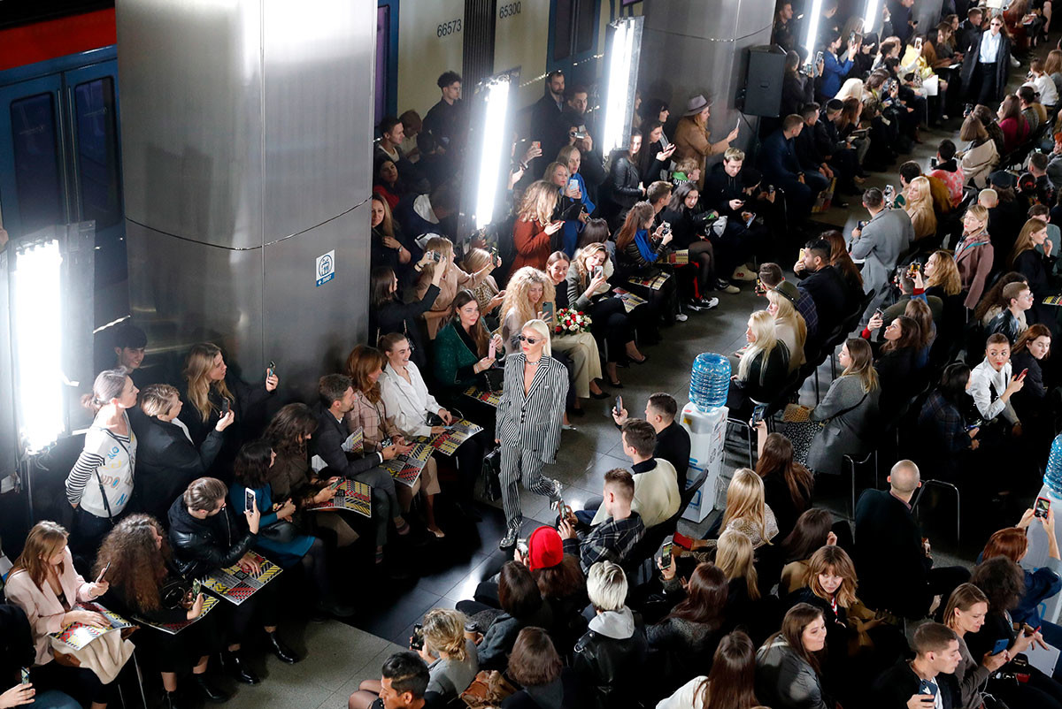 Модель на показе коллекции магазина Section pop-up в рамках 42-й Московской недели моды на станции