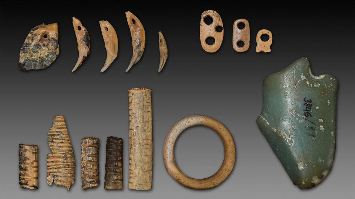 Liontin berlekuk tulang yang ditemukan di Gua Denisova.