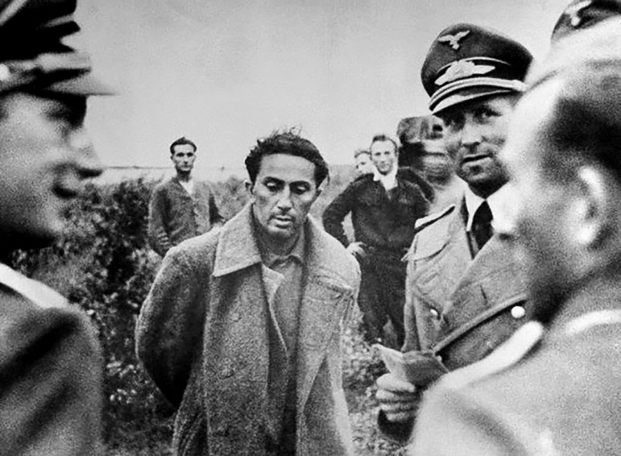 Putra pertama Stalin, Yakov Dzhugashvili, saat ditahan Jerman.