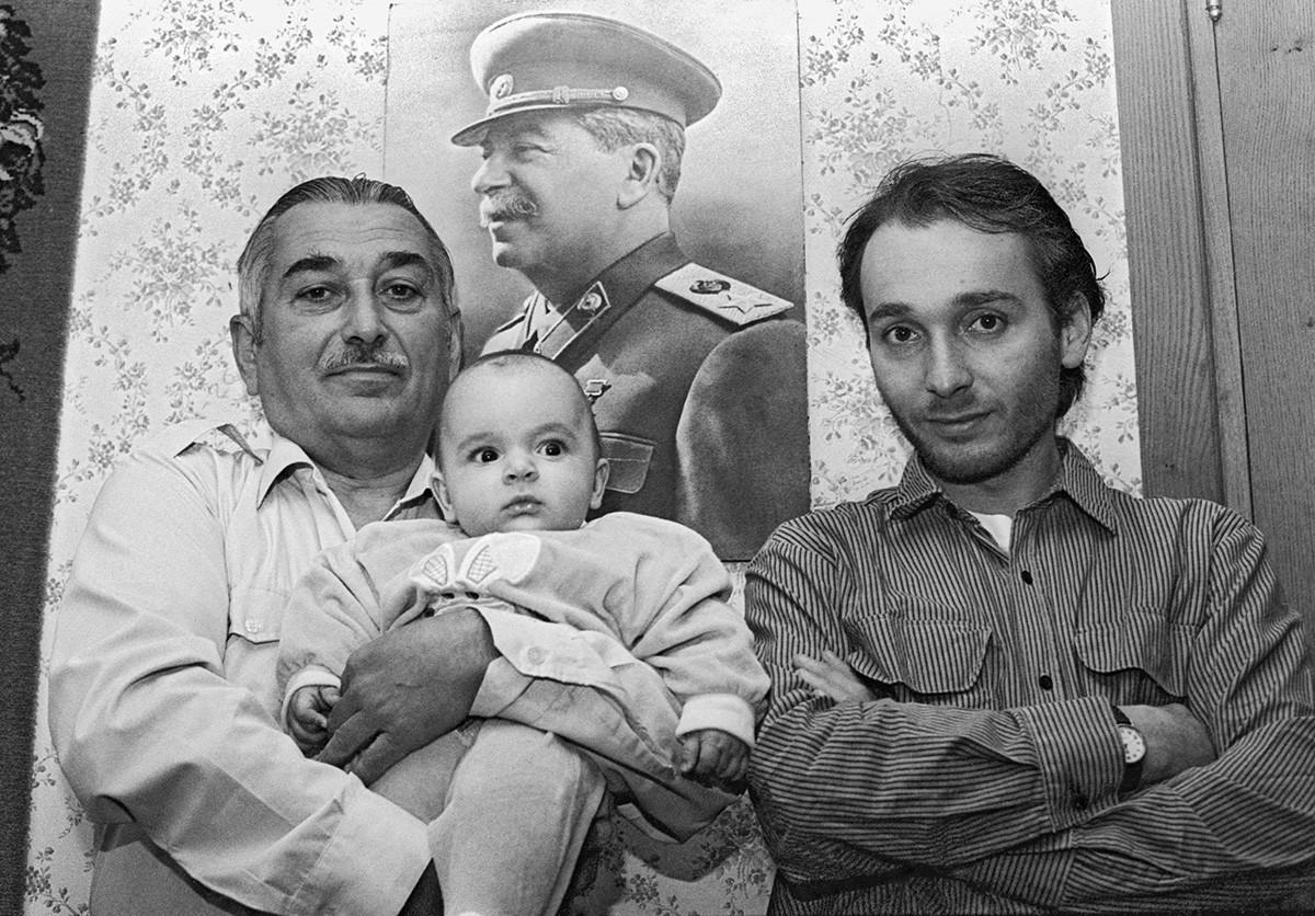 Cucu Stalin Yevgeny Dzhugashvili (kiri) bersama putranya Vissarion dan cucunya Josef, Tbilisi, Georgia, 1995.