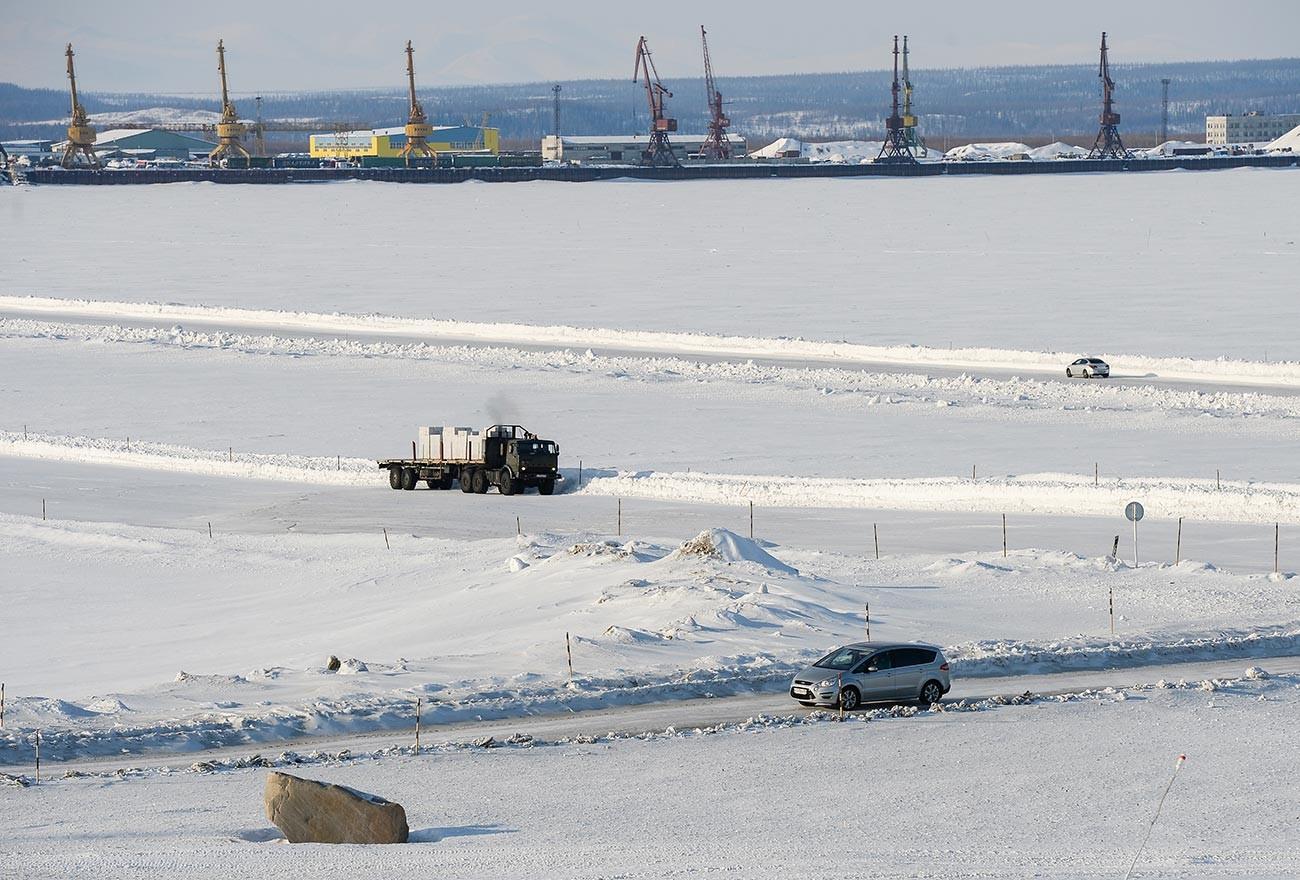 Автомобильное движение по зимнику на реке Обь между Салехардом и Лабытнанги.